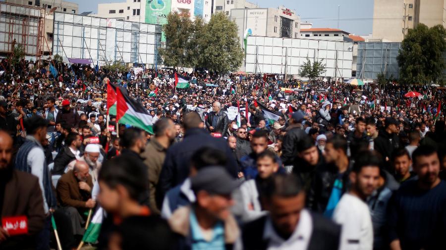 24.fev.2019 - Manifestantes vão às ruas para pedir que presidente Mahmoud Abbas renuncie - Mohammed Salem/Reuters