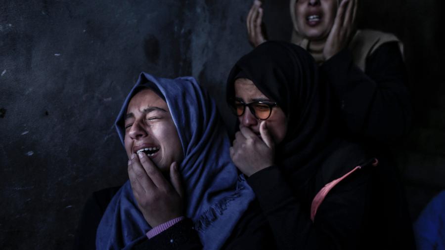 31.mar.2019 - Parentes do adolescente Bilal al-Najjar, 17, choram durante seu funeral em Khan Yunis, no sul da Faixa de Gaza. Ele está entre as quatro pessoas mortas ontem por disparos israelenses, segundo autoridades palestina  - Mahmud Hams/AFP