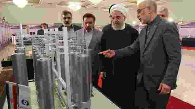 O presidente do Irã, Hassan Rouhani (segundo à direita), diz que não está se retirando do acordo nuclear - EPA
