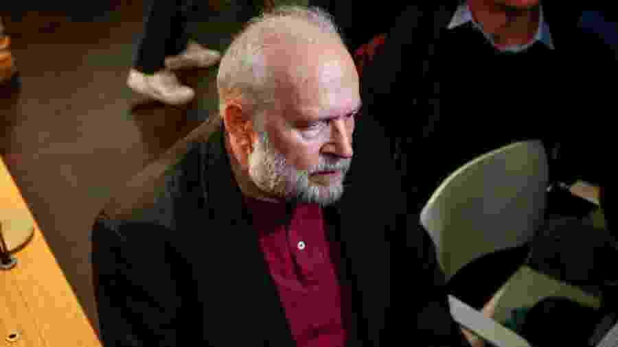 O padre Bernard Preynat durante seu julgamento por abuso de crianças em Lyon, na França - Emmanuel Foudrot/Reuters