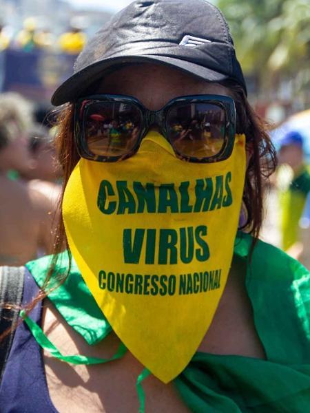 Manifestante no ato na praia de Copacabana, no Rio de Janeiro - Érica Martin/AM Press & Imagens/Estadão Conteúdo