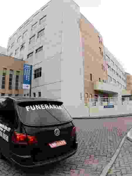 Grande movimentacao de entrada e saida de ambulancias e carro de funerarias  no Hospital de referencia Ronaldo Gazolla  em Acari  ao combate da pandemia  - JORGE HELY/ESTADÃO CONTEÚDO