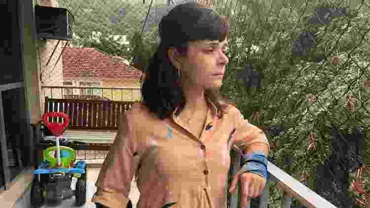 5.jun.2020 - Médica Ticyana Azambuja fala na janela do seu apartamento sobre as agressões sofridas por frequentadores de uma festa clandestina no Grajaú, zona norte do Rio de Janeiro - Herculano Barreto Filho - Herculano Barreto Filho