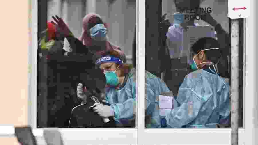 6.jul.2020 - Agentes de saúde fazem testes para covid-19 em morador de uma das nove residências públicas em Melbourne (Austrália) que foram fechadas por conta de um aumento de casos do novo coronavírus - AFP