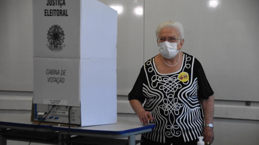 A candidata à vice-prefeita Luiza Erundina (PSOL), vota na Escola Rui Bloen, em São Paulo - RONALDO SILVA/FUTURA PRESS/FUTURA PRESS/ESTADÃO CONTEÚDO