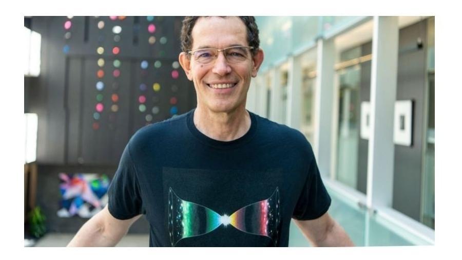 """Camiseta de Neil Turok mostra a ideia de um """"universo espelho"""" - Cortesia"""