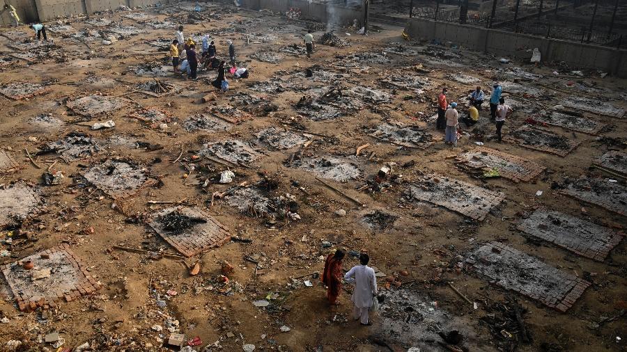 30.abr.2021 - Parentes coletam os restos mortais de vítimas do coronavírus após cremação em massa em Nova Déli, na Índia - Tauseef Mustafa/AFP