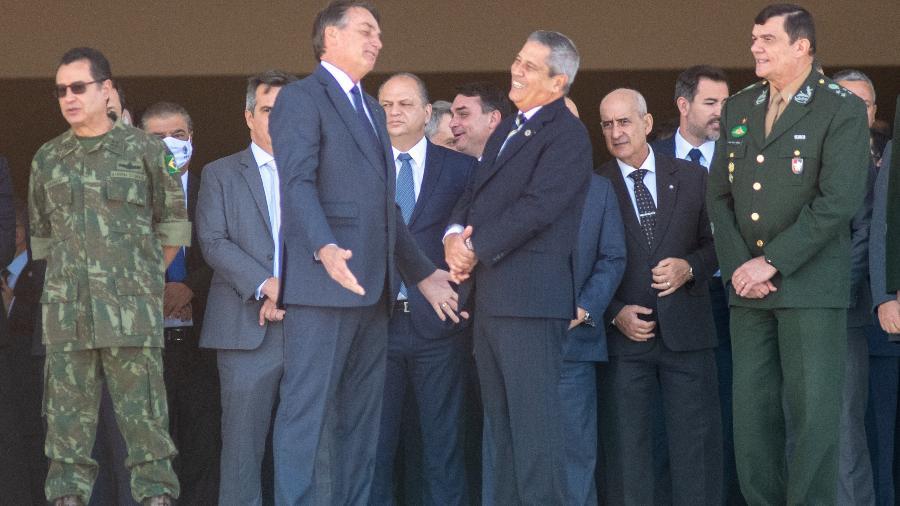Bolsonaro conversa com ministro da Defesa, Walter Braga Netto, durante passagem de desfile de tanques em blindados por Brasília   - ANTONIO MOLINA/FOTOARENA/FOTOARENA/ESTADÃO CONTEÚDO