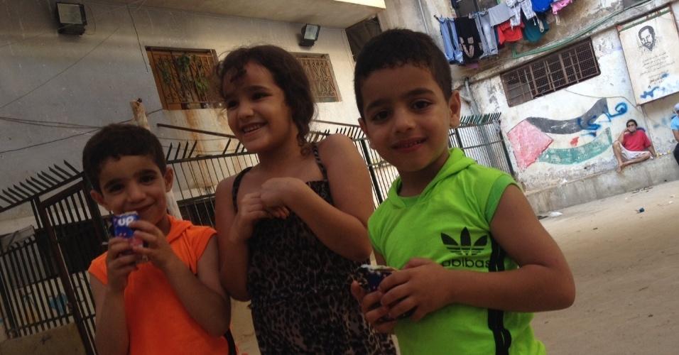 Crianças refugiadas da Síria brincam em espaço aberto em Chatila, no Líbano, pela Children and Youth Services