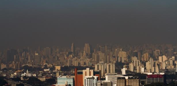 Camada de poluição sobre o céu de São Paulo em uma tarde de agosto
