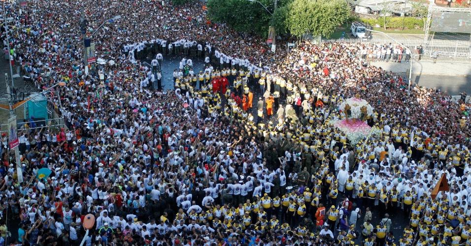 11.out.2015 - Uma multidão de devotos segue a Imagem Peregrina durante a procissão do Círio de Nazaré, em Belém. O cortejo é marcado por religiosidade e história de fé e reúne cerca de dois milhões de pessoas