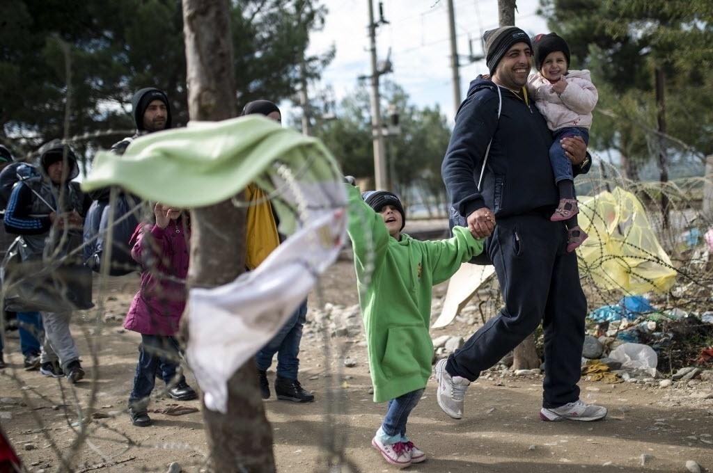 24.out.2015 - Refugiados caminham pela fronteira entre Grécia e Macedônia, perto da cidade de Gevgelija (Macedônia). Desde o começo de 2015, a Europa já recebeu 365 mil imigrantes, em um movimento migratório que já é considerado o maior no continente desde a Segunda Guerra Mundial