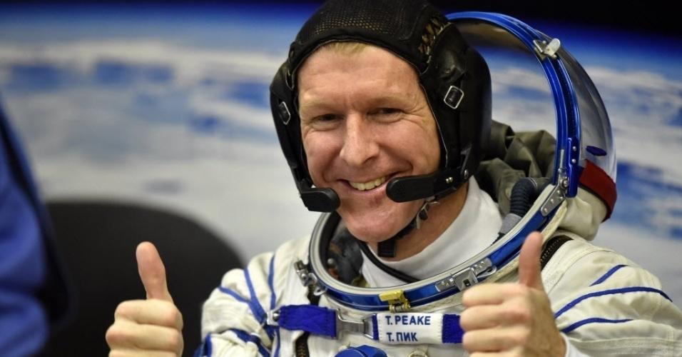 PRIMEIRO NATAL NO ESPAÇO - O astronauta britânico Tim Peake acena para equipe antes de lançamento de foguete no cosmódromo de Baikonur, no Cazaquistão. Ele partiu do local a bordo da nave russa Soyuz TMA-19M nesta terça-feira (15), rumo à ISS (Estação Espacial Internacional). Peak é o primeiro astronauta britâncio a integrar a tripulação da ISS. Também viajam na Soyuz o astronauta americano Tim Kopra e o cosmonauta russo Yuri Malenchenko. Tim Peake também vai se tornar a primeira pessoa a correr a Maratona de Londres do espaço, em uma versão adaptada da corrida, em abril de 2016