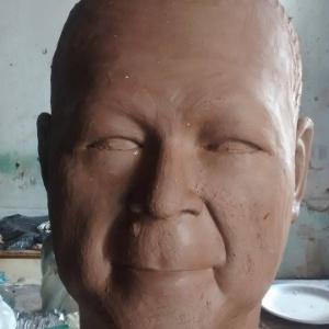 """O agente da Polícia Federal Newton Ishii, popularmente como """"japonês da PF"""", está prestes a ganhar uma versão personalizada de um boneco gigante de Olinda"""