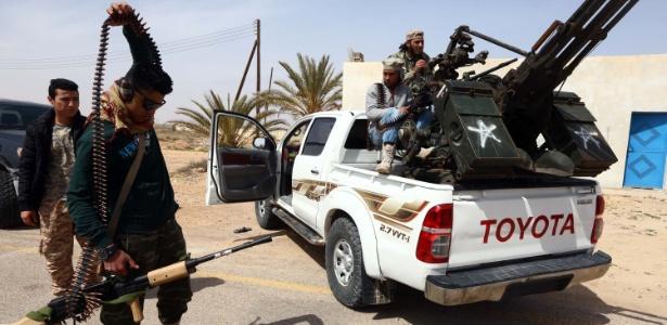 Soldados leais ao governo líbio pós-Gaddaf se preparam para atacar militantes do Estado Islâmico