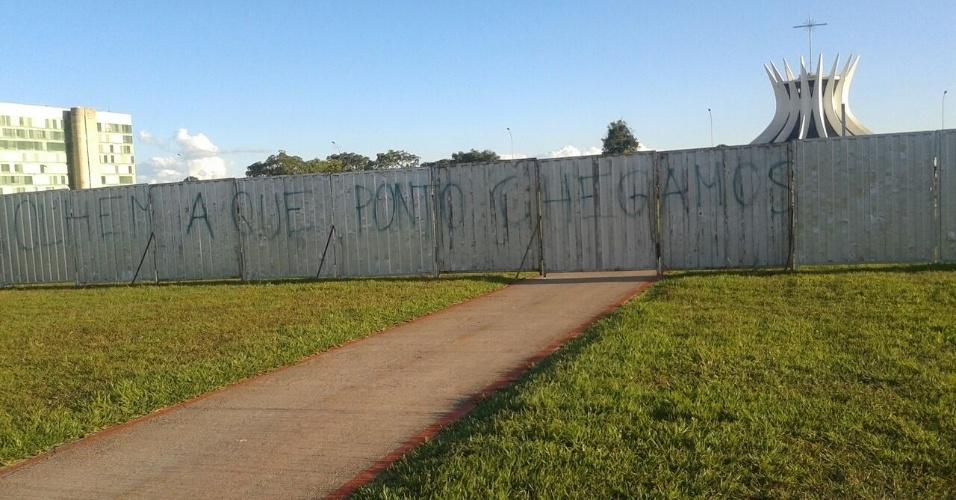 13.abr.2016 - Pichação questiona momento político brasileiro do lado do muro onde ficarão manifestantes anti-impeachment no próximo domingo (17), dia da votação no plenário na Câmara do processo de afastamento da presidente Dilma Rousseff
