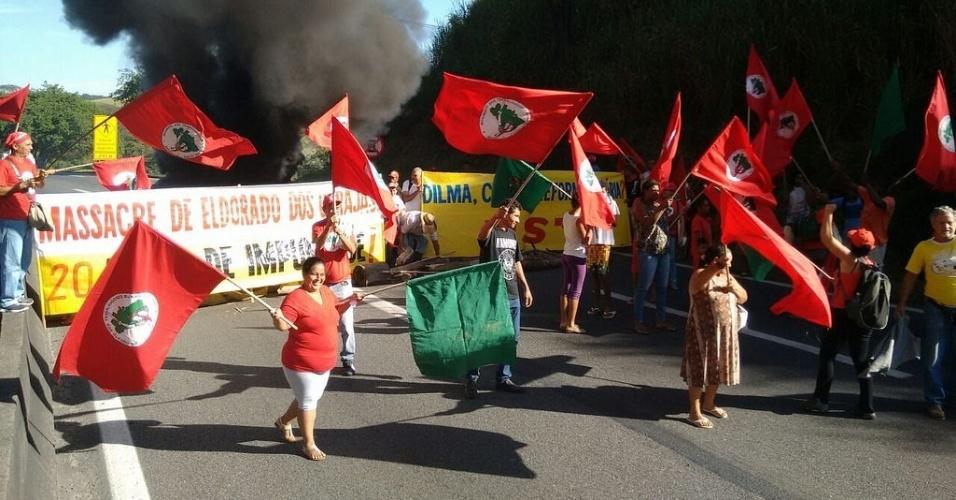15.abr.2016 - MST (Movimento dos Trabalhadores Rurais Sem Terra) fecha a rodovia Presidente Dutra, no Rio de Janeiro. O ato faz parte da Jornada Nacional em Defesa da Reforma Agrária e da Democracia, contra o impeachment da presidente Dilma Rousseff. Os manifestantes também protestaram pelos 20 anos do Massacre de Eldorado dos Carajás