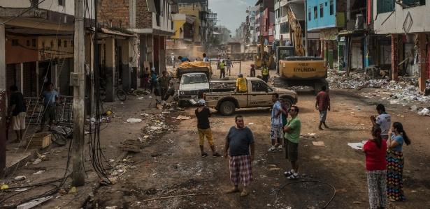Funcionários observam lojas destruídas pelo terremoto, em bairro comercial de Portoviejo, no Equador