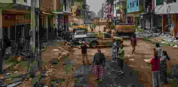 Funcionários observam lojas destruídas pelo terremoto, em bairro comercial de Portoviejo, no Equador - Meridith Kohut/The New York Times