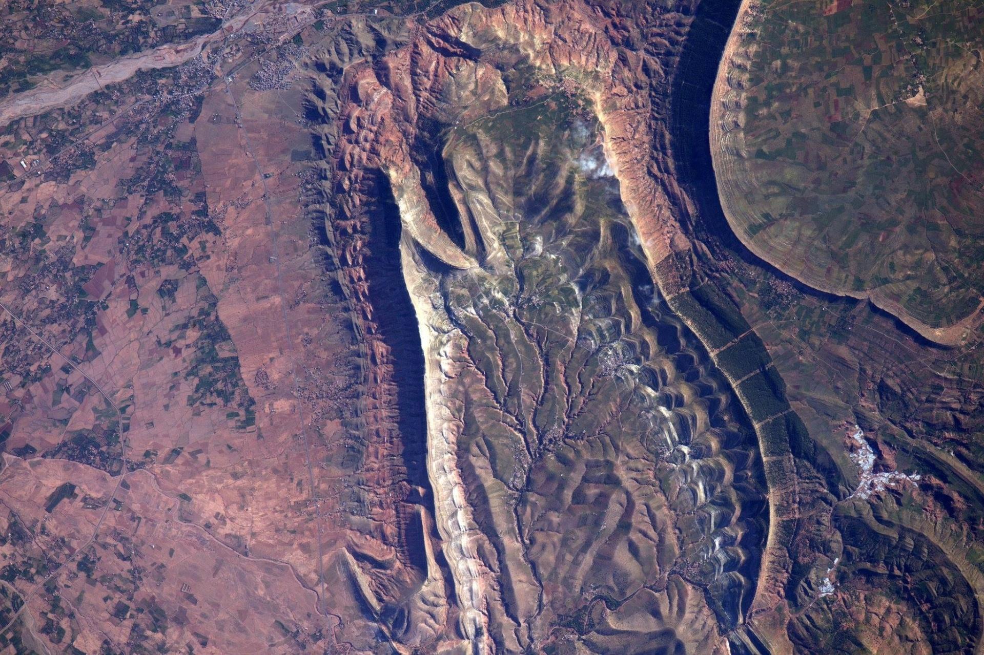 3.mai.2016 - A expedição 47 da Nasa (Agência Espacial Norte-Americana) tirou essa foto da ISS (Estação Espacial Internacional) enquanto passava por Marrocos nesta segunda-feira (2). A imagem foi divulgada nesta terça-feira (3). O engenheiro de voo Jeff Williams postou a imagem nas redes sociais e afirmou que ver a geologia marroquina é incrível