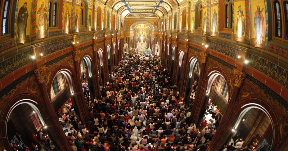 26.mai.2016 - Fiéis católicos participam de missa de Corpus Christi na Igreja da Boa Viagem, em Belo Horizonte
