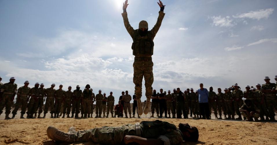 28.mai.2016 - Soldados do Exército Livre da Síria realizam uma demonstração como parte de uma cerimônia de formatura militar, na província de Hama, na Síria