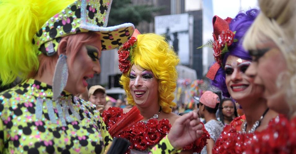 29.mai.2016 - Participantes divertem-se na 20ª Parada do Orgulho LGBT em São Paulo