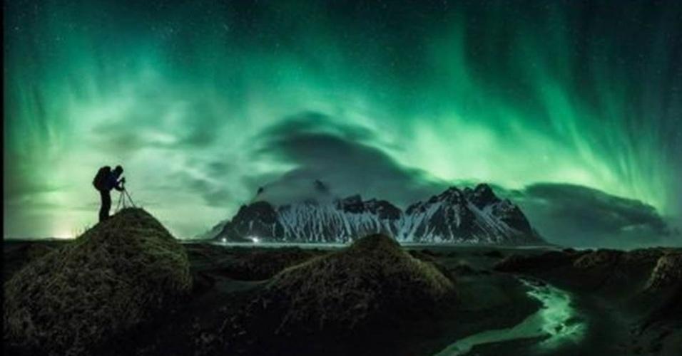 """28.jun.2016 - """"O concurso estimula fotógrafos com imaginação a levar suas câmeras ao limite técnico para produzir imagens que pareçam naturais e sejam esteticamente agradáveis"""", disse David Malin, do painel de jurados. A foto acima é de Nicholas Roemmelt, segundo colocado na categoria beleza: uma aurora boreal capturada em março de 2015 em Stockiness, na Islândia"""