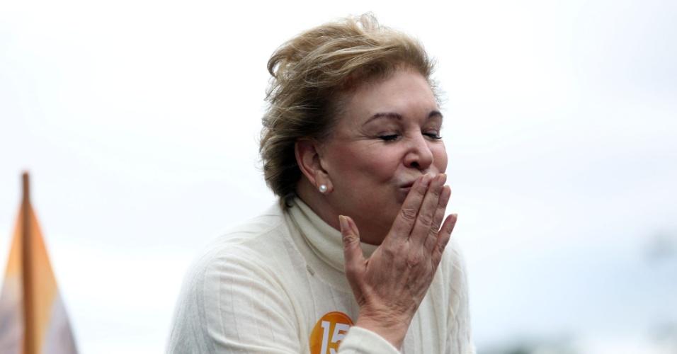 1º.out.2016 - A candidata do PMDB à Prefeitura de São Paulo, Marta Suplicy, mandou beijo para os eleitores durante carreata em Cidade Tiradentes, na zona leste da capital paulista