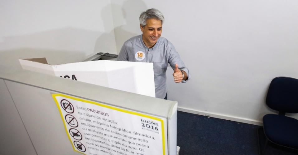 2.out.2016 - O candidato à Prefeitura do Rio de Janeiro Alessandro Molon (Rede) vota nas eleições municipais de 2016. Molon votou em colégio eleitoral de Copacabana