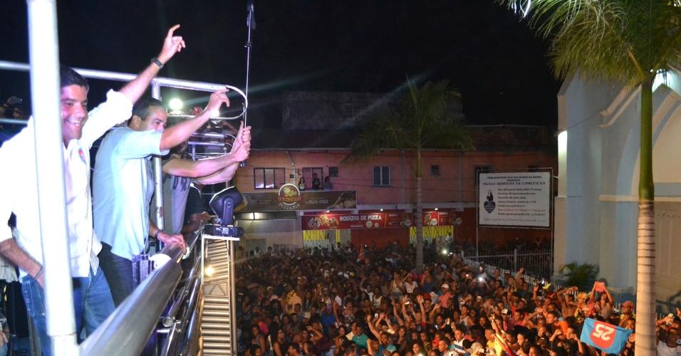 2.out.2016 - O prefeito ACM Neto (esq.) comemora sua reeleição à Prefeitura de Salvador (BA), no primeiro turno, após eleição neste domingo (2)