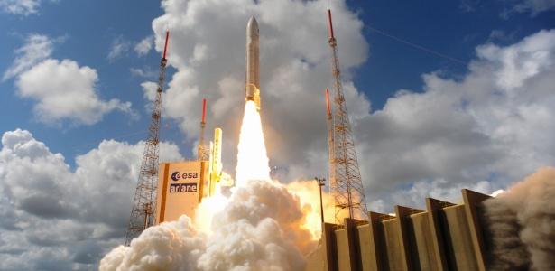 17.nov.2016 - Foguete Ariane 5 com quatro satélites do sistema Galileo é lançado em Kourou, na Guiana Francesa