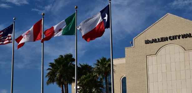 Bandeiras dos EUA, Canadá, México e do Estado do México diante do prédio da prefeitura de McAllen, no Texas, EUA