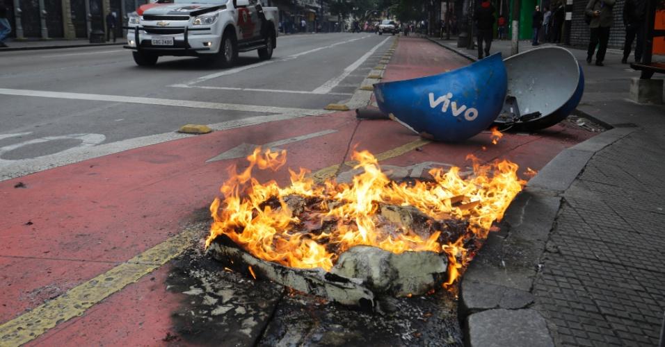 28.abr.2017 - Orelhão é depredado na rua Coronel Xavier de Toledo, no centro de São Paulo, na manhã desta sexta de greve geral. Trabalhadores protestam contra as reformas trabalhista e da Previdência, propostas pelo governo Temer