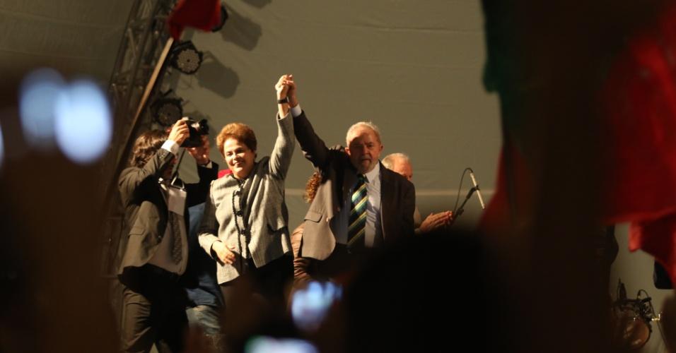 10.mai.2017 - O ex-presidente Lula e a ex-presidente Dilma Roussef discursam em ato de apoio aos petistas na praça Santos Andrade, em Curitiba
