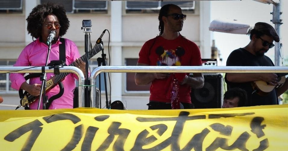 4.jun.2017 - O cantor Chico César foi o primeiro artista a se apresentar no ato contra o governo Temer no Largo da Batata, em São Paulo, neste domingo