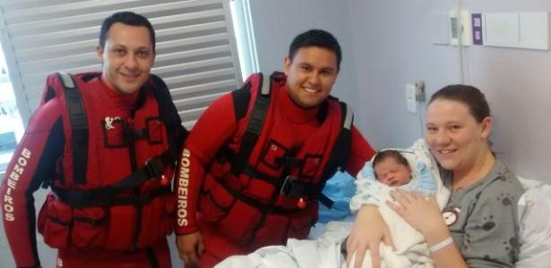 Bombeiros resgataram a mulher de barco e auxiliaram no parto