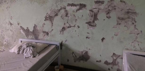 Parede mofada no abrigo Rego Barros, no Rio; convênio com o Estado tem problemas de repasse por conta da crise financeira