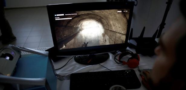 19.jun.2017 - Soldado israelense olha para um monitor com imagem de um túnel durante apresentação em uma base próximo a Beersheba, Israel