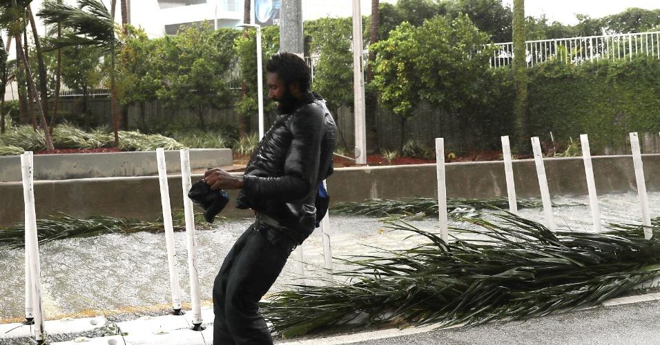 10.set.2017 - Homem caminha com dificuldade em Miami devido aos fortes ventos que já atingiam a cidade na manhã deste domingo