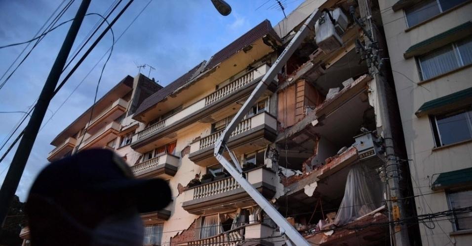 20.set.2017 - Guindaste é utilizado na remoção de escombros e busca por vítimas em prédio destruído por terremoto na Cidade do México