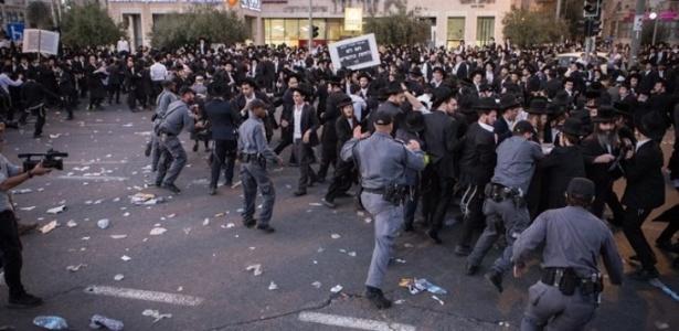 A polícia tentou conter os manifestantes judeus ultraortodoxos durante o protesto