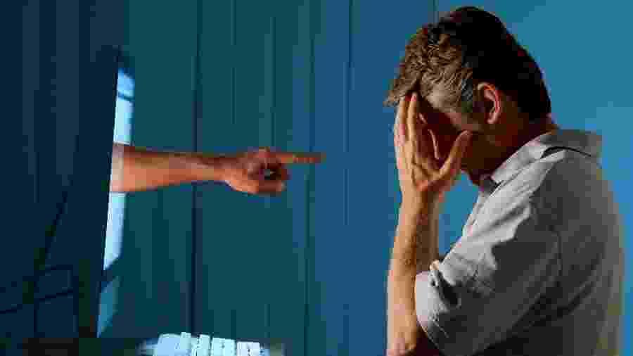 Imagem mostra homem em frente a tela de computador - mokee81/iSotck