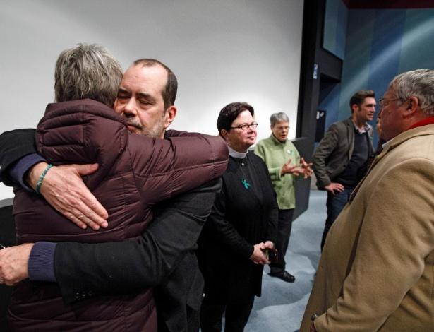 David Wheeler, cujo filho de 6 anos, Ben, foi morto no tiroteio na escola de Sandy Hook, abraça uma mulher, após a exibição de um documentário em Grinnell, Iowa - SCOTT MORGAN/NYT