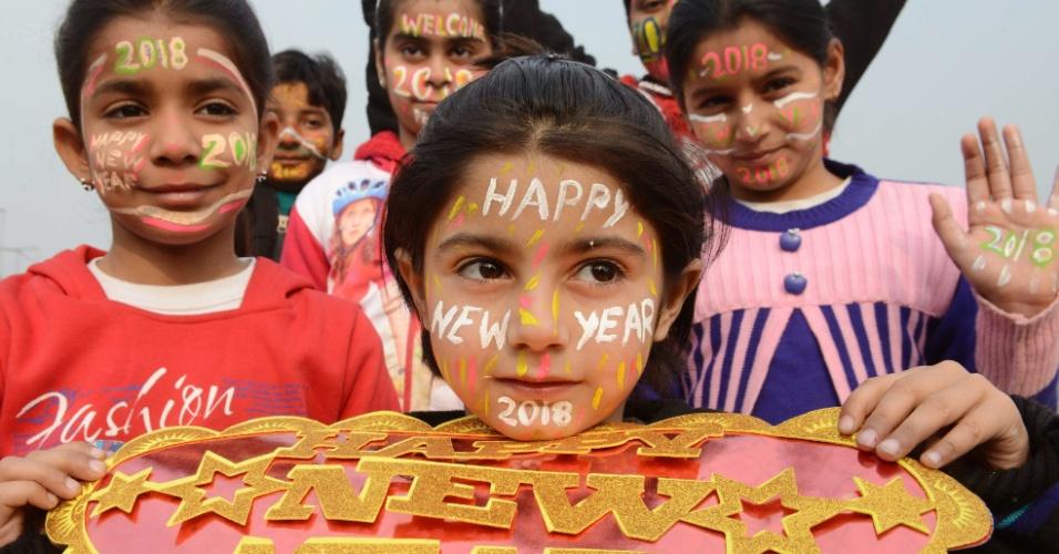 Crianças indianas pintam os rostos para comemorar a chegada do Ano-Novo em Amritsar, na Índia