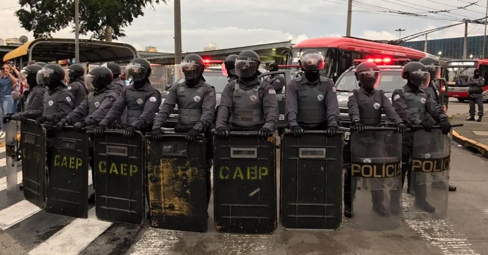 11.jan.2018 - Tropa de Choque bloqueia entrada do Terminal Parque Dom Pedro II, na região central de São Paulo, com a passagem da manifestação contra o aumento da tarifa do transporte em SP