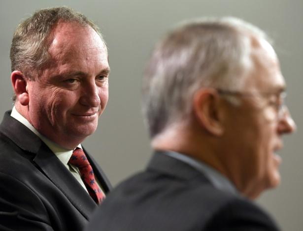 5.jul.2016 - O vice-primeiro-ministro Barnaby Joice (esq.) olha para o primeiro-ministro Malcolm Turnbull (dir.) durante encontro com a imprensa em Sydney, Austrália