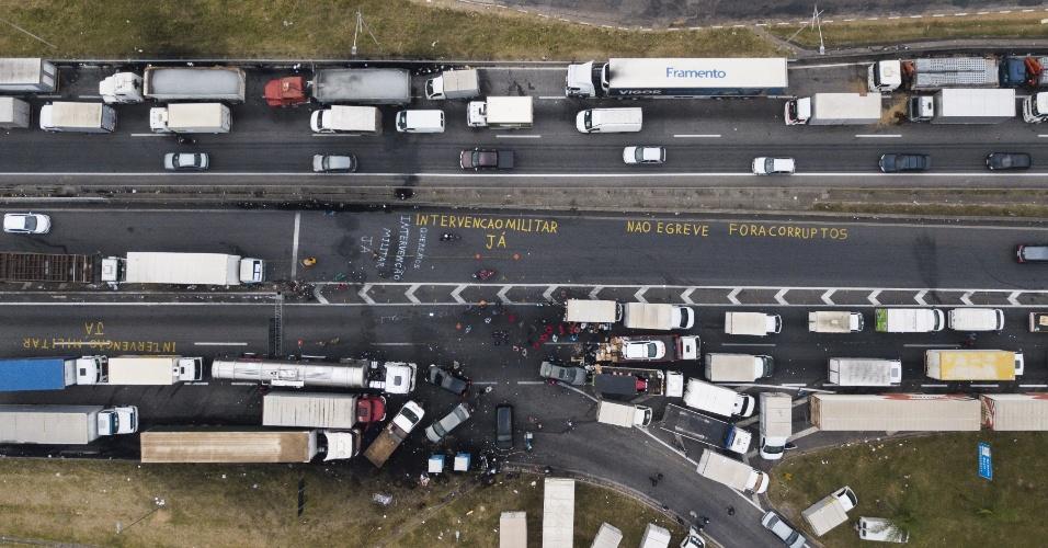 26.mai.2018 - Caminhões permanecem enfileirados durante sexto dia da greve de caminhoneiros, na rodovia Régis Bittencourt, próximo a Embu das Artes, em São Paulo