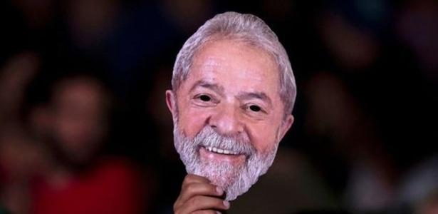 Máscara com o rosto do ex-presidente Lula - AFP