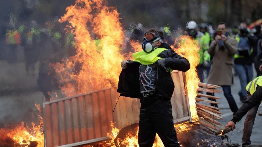 """""""Coletes amarelos"""" protestam em Paris e enfrentam a polícia, em dezembro de 2018 - Geofrroy Van der Hasselt/AFP"""